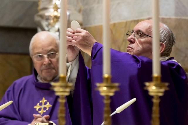 Le pape François a célébré une messe samedi... (AFP, OSSERVATORE ROMANO)