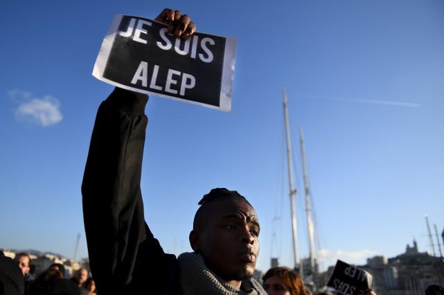 Un homme manifeste à Marseille pour démontrer son... (AFP, ANNE-CHRISTINE POUJOULAT)