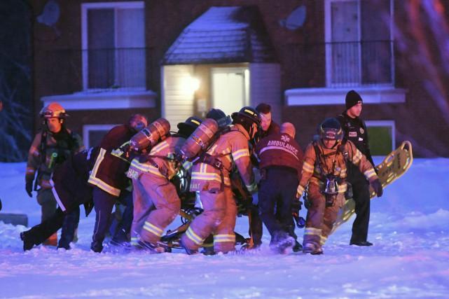 Les pompiers ont amené la victime à l'extérieur...