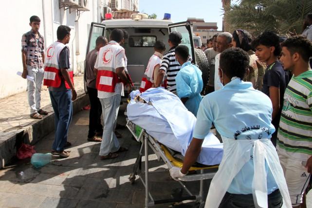 Un kamikaze a fait détoner ses explosifs alors... (PHOTO SALEH AL-OBEIDI, AFP)