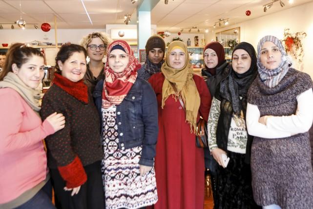Nour Sayem (deuxième a gauche) entourée de femmes... (Le Soleil, Caroline Grégoire)