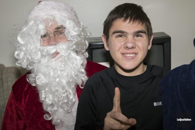 Karl était heureux de voir le père Noël.... (Photo Le Quotidien, Michel Tremblay)