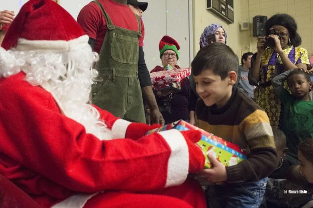 Le père Noël a rendu visite aux enfants... (Stéphane Lessard, Le Nouvelliste)