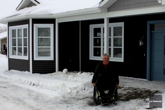 André Durocher pose devant sa nouvelle maison à... (La Tribune, Yvan Provencher)