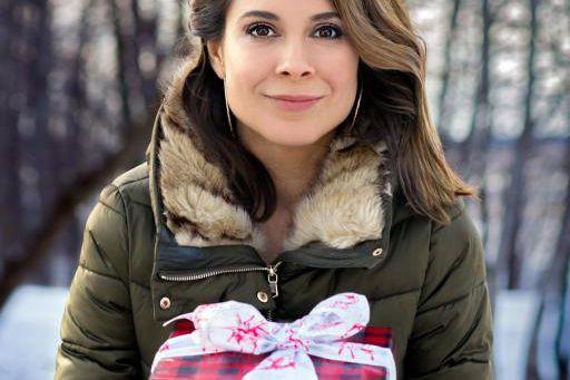 Julie Perreault offre son cadeau à Safia Nolin.... (Photo fournie par l'artiste)