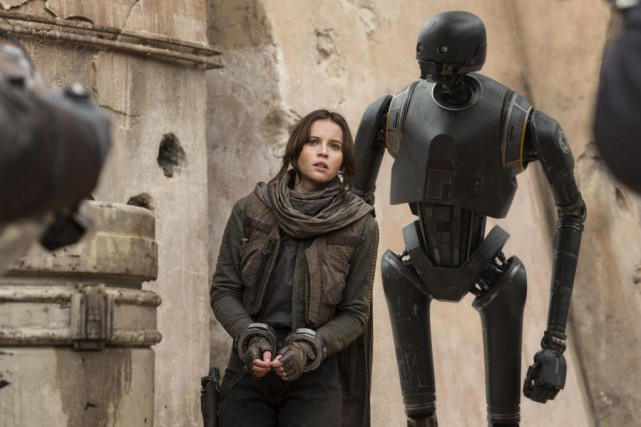 L'héroïne Jyn Erso et  K-2SO dans Rogue One: A Star... (photo Jonathan Olley, fournie par Lucasfilm Ltd)