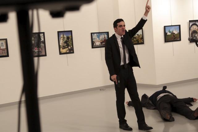 Le diplomate russe Andreï Karlov prononçait une allocution... (AP, Burhan Ozbilici)