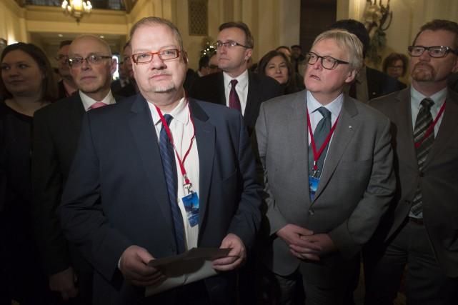 Kelvin Goertzen et Gaétan Barrette (au centre) et... (La Presse Canadienne)