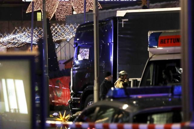 C'est ce camion, tous feux éteints, qui a... (AP, Michael Sohn)