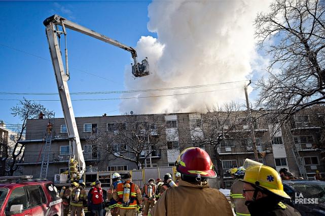 L'incendie s'est déclaré dans un appartement du troisième... (PHOTO PATRICK SANFAÇON, LA PRESSE)