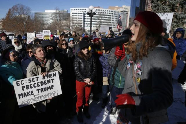 Des manifestations ont rassemblé des dizaines de personnes... (PHOTO AP)