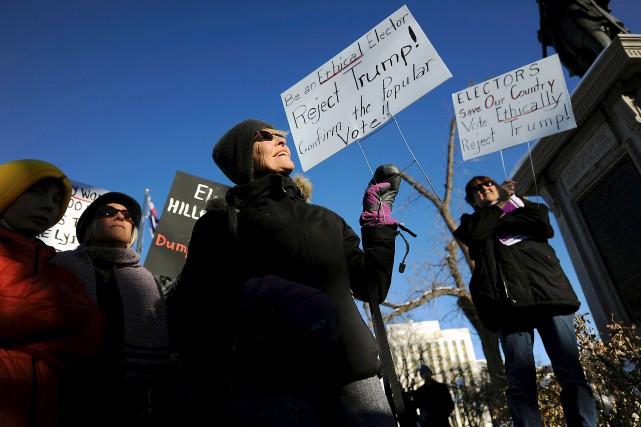 À Denver, au Colorado, une poignée de manifestants... (AFP, Chris Schneider)