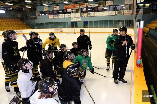 L'entraîneur Rémy Harrisson à l'entraînement avec ses joueurs.... (Alain Dion, La Voix de l'Est)
