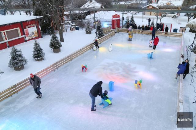 Une patinoire réfrigérée de 300 mètres carrés a... (Janick Marois, La Voix de l'Est)