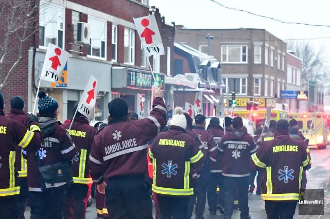 Des ambulanciers paramédicaux membres de la FTQ ont... (Stéphane Lessard, Le Nouvelliste)