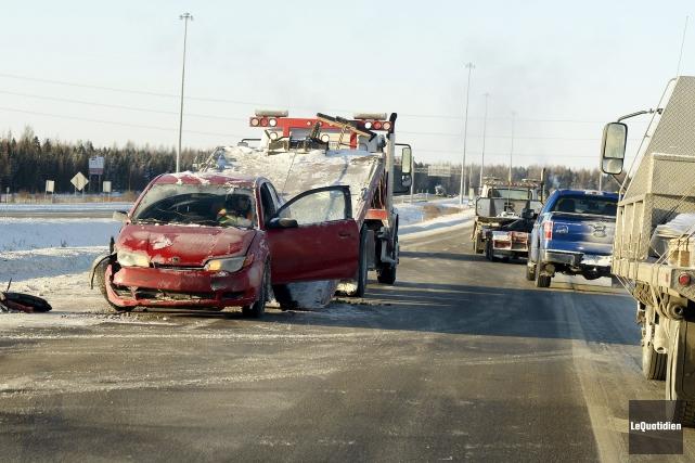Un accident impliquant une voiture et un camion semi-remorque a fait un blessé... (Photo Le Quotidien, Jeannot Lévesque)