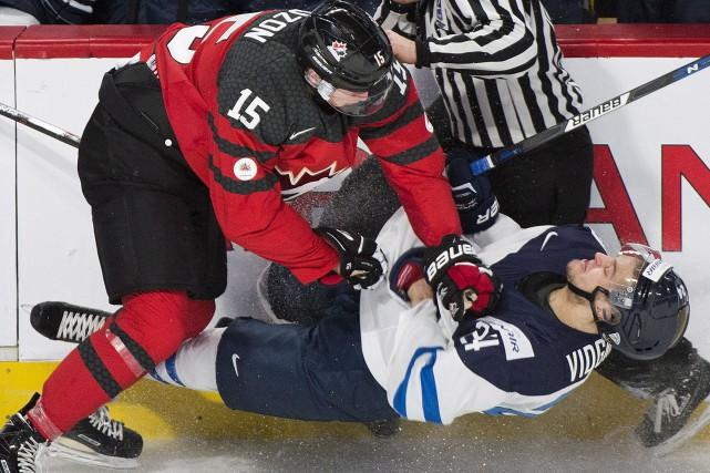 Le défenseur Jérémy Lauzon a soulevé la foule... (La Presse canadienne, Graham Hughes)