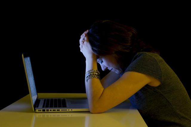 Les femmes sont plus souvent victimes de cyberharcèlement... (123RF/Marcos Calvo Mesa)