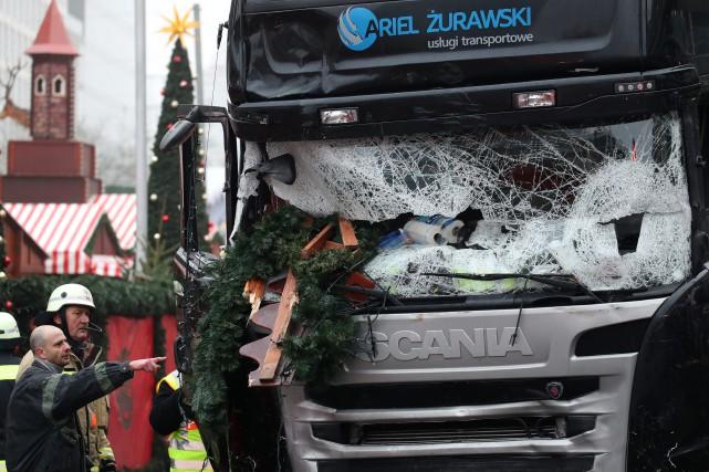Un camion a foncé dans la foule d'un... (photo Michael Kappeler, dpa/AP)