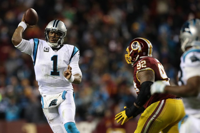 Le quart Cam Newton (1) a amassé 300... (Photo Patrick Smith, AFP)