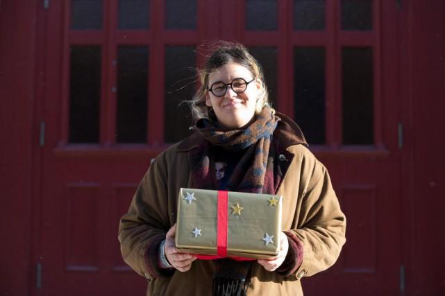 Safia Nolin offre son cadeau à l'humoristeKatherine Levac.... (PHOTO FRANÇOIS ROY, LA PRESSE)