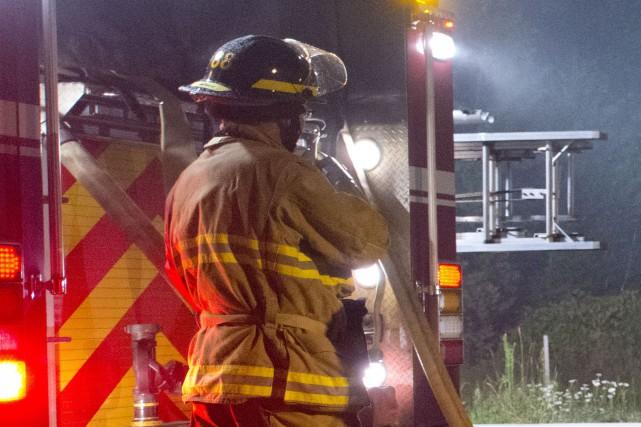 Un incendie a complètement détruit un garage adjacent à une résidence du chemin... (Archives La Tribune, Julien Chamberland)