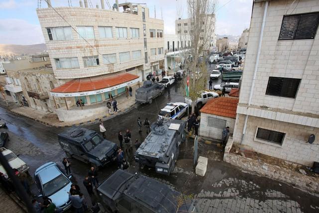 Les forces de sécurité jordaniennes patrouillent à Karak... (KHALIL MAZRAAWI, AFP)