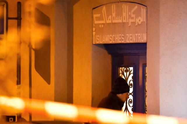 Un policier suisse entre dans le centre islamique... (photo MICHAEL BUHOLZER, Agence France-Presse)