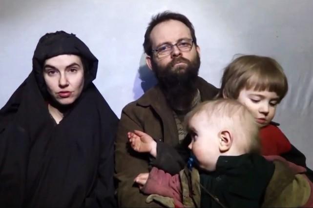 Le Canadien Joshua Boyle et son épouse américaine... (Image tirée de la vidéo de SITE)