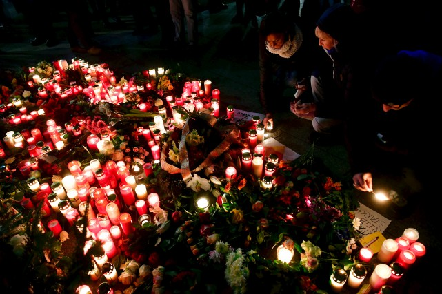 Des gens en deuil se sont recueillis mardi,... (AFP, John Macdougall)