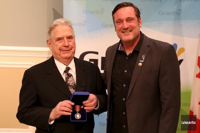La remise de cette médaille à Germain Touchette... (Janick Marois, La Voix de l'Est)