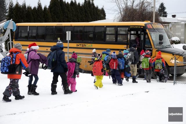 Des jeunes se préparent à prendre l'autobus.... (Photo Le Quotidien, Jeannot Lévesque)