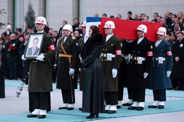 Une garde d'honneur turque transporte le cerceuil del'ambassadeur... (PHOTO AFP)