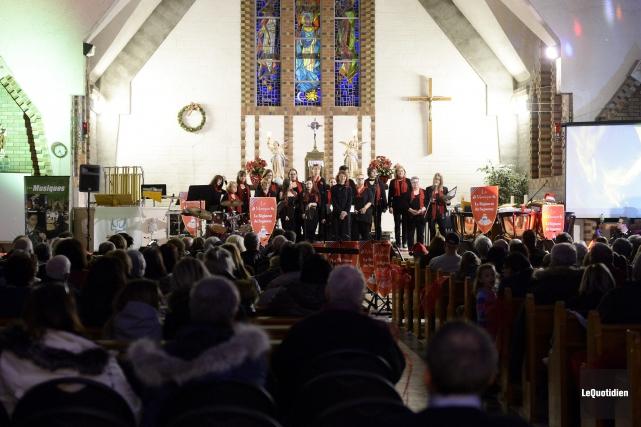 Les 25 choristes de l'Ensemble vocal du Fjord... (Photo Le Quotidien, Jeannot Lévesque)
