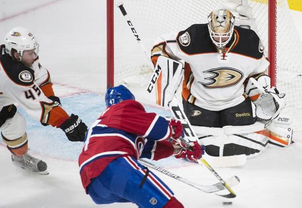 Radulov tente un tir lors de la deuxième... (La Presse canadienne)