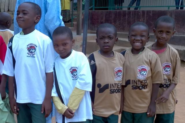 Des jeunes heureux de leur nouveau maillot.... (Courtoisie)