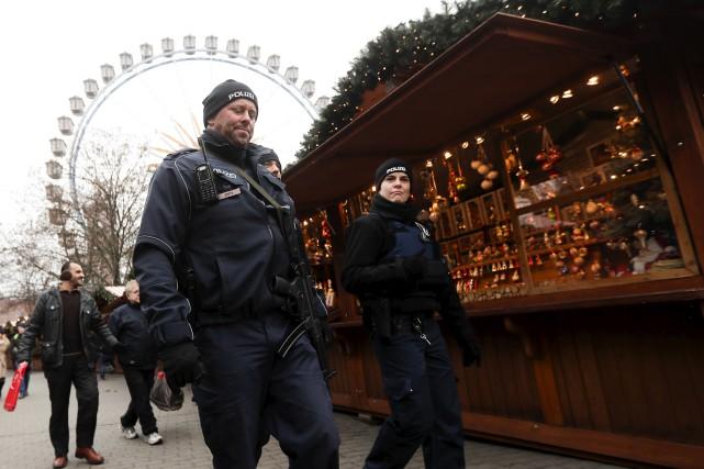 Deux policiers patrouillent dans les rues de Berlin,... (AP)