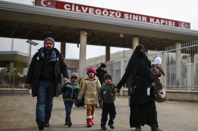 Une famille syrienne à la frontière avec la... (Photo AP)