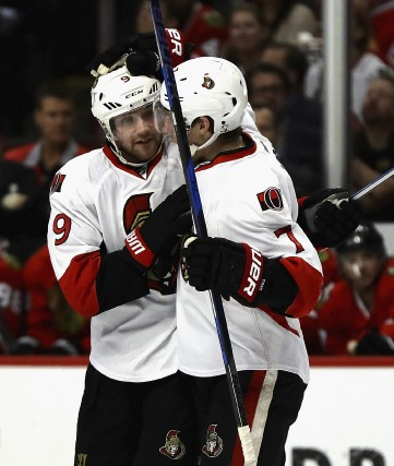 Kyle Turris félicite Bobby Ryan pour son but... (Archives, Agence France-Presse)