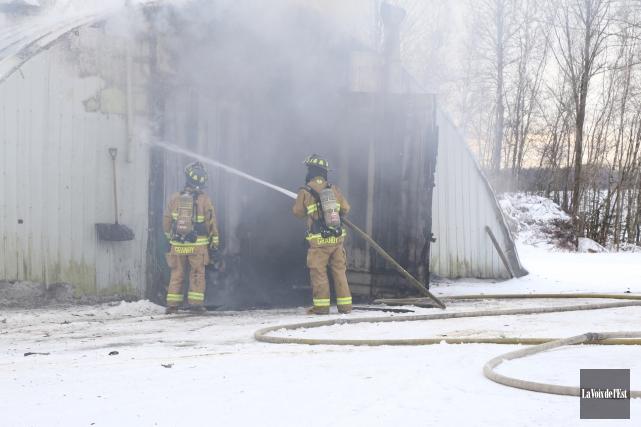 Deux pompiers ont été blessés lors de l'incendie... (Janick Marois, La Voix de l'Est)