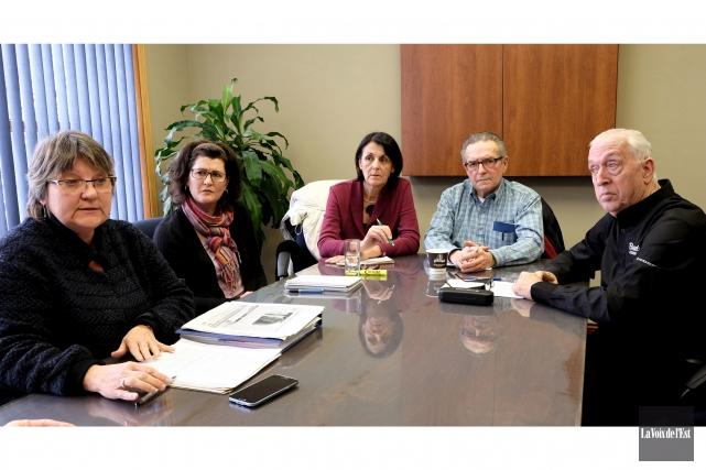 Les conseillers de Cowansville Sylvie Beauregard, Marie-France Beaudry,... (Alain Dion, La Voix de l'Est)
