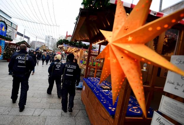 Quelques patrouilles de policiers aux armes visibles circulaient... (AFP, Tobias SCHWARZ)