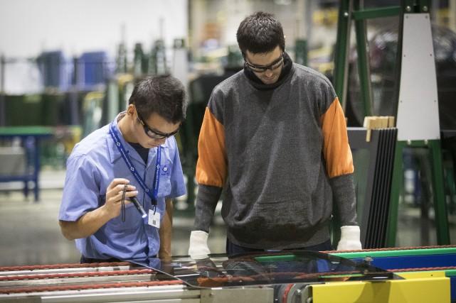 Un superviseur chinois et un employé américain inspectent... (Photo : AP)