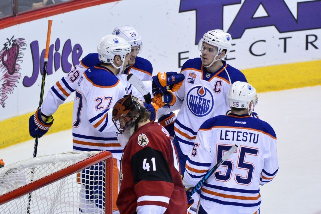 Milan Lucic (27), des Oilers d'Edmonton, célèbre avec... (Photo Matt Kartozian, USA Today Sports)
