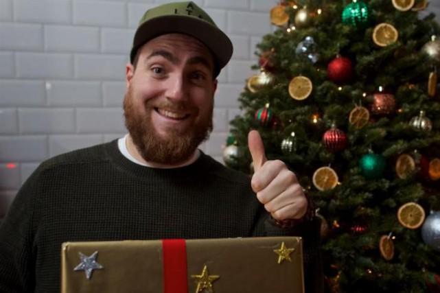 Phil Roy offre son cadeau à l'humoristeRéal Béland.... (Photo André Pichette, La Presse)