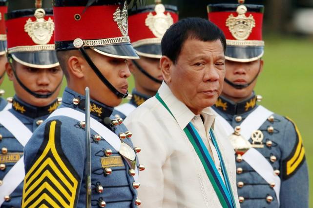 Le président Rodrigo Duterte marche en compagnie de... (photo Erik De Castro, REUTERS)