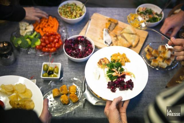 Le repas-partage, communément appelé potluck, gagne en popularité... (Photo François Roy, La Presse)