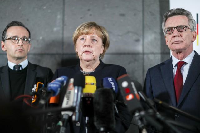 La chancelière allemande Angela Merkel, entourée de ses... (photo Michael Kappeler, dpa/AP)