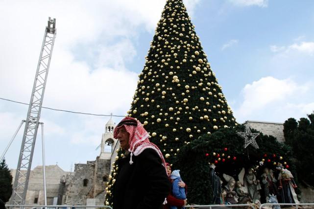 Un sapin de Noël géant couvert de décorations... (PHOTO AFP)