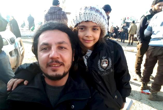 Un travailleur humanitaire prend un selfie avecBana al-Abed.... (AFP)